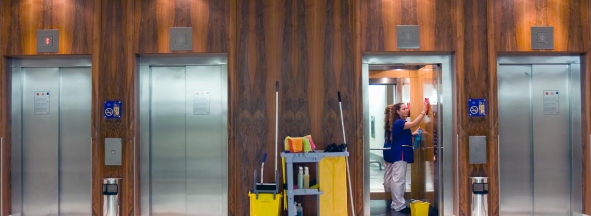 La manera correcta de limpiar ascensores